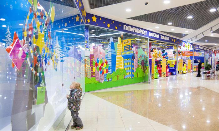Выбор нарядов для детей в торговом центре